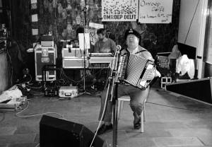 Antoon accordeonist bij Omroep Delft