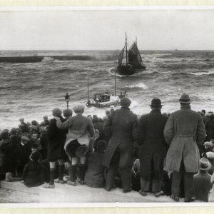 Belangstelling bij de buitenhaven tijdens een storm, reddingboot 'Zeemanshoop' van de N.Z.H.R.M. was uitgevaren. Okotber 1936