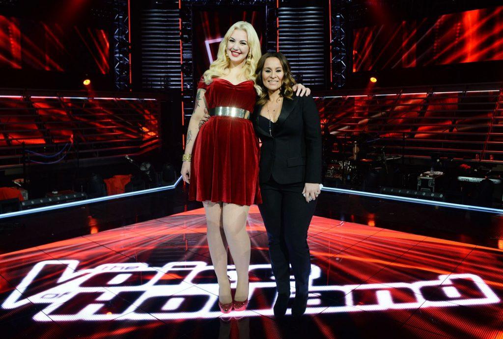 Emmaly en coach Trijntje Oosterhuis tijdens de liveshow van het vijfde seizoen van The Voice of Holland. Foto ANP