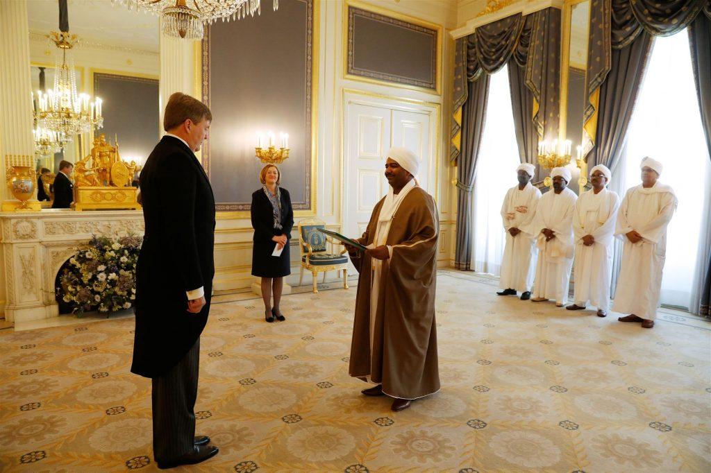 De ambassadeur van de Republiek Sudan, Z.E. Hassan Ali Hassan Ali, overhandigt geloofsbrieven aan koning Willem Alexander op Paleis Noordeinde. ANP ROYAL IMAGES BAS CZERWINSKI