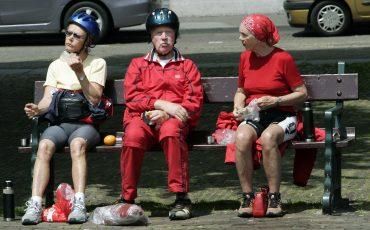 Fieters op een bankje op het Plein in Den Haag. Foto ANP
