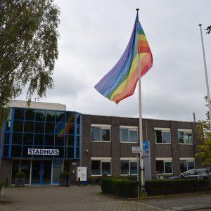 Regenboogvlag Woerden stadhuis