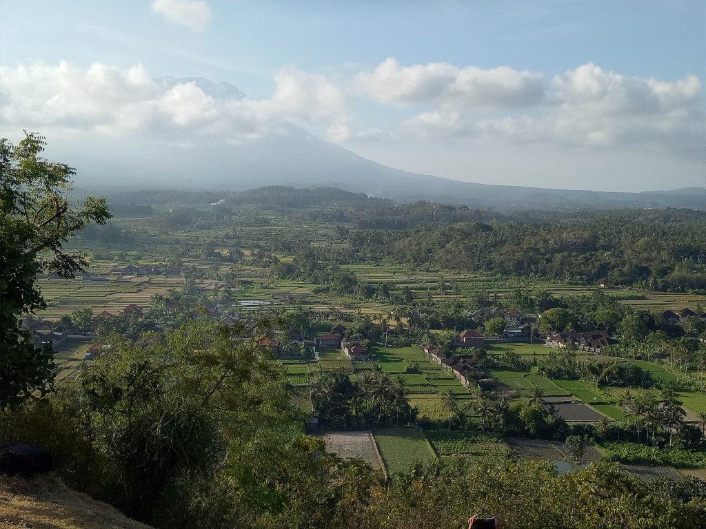 Woerdenaar Leen op Bali uitzicht vulkaan Gunung Agung