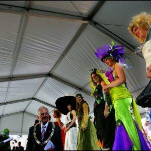 Koningin Beatrix in Woerden Kerkplein leerlingen jurken