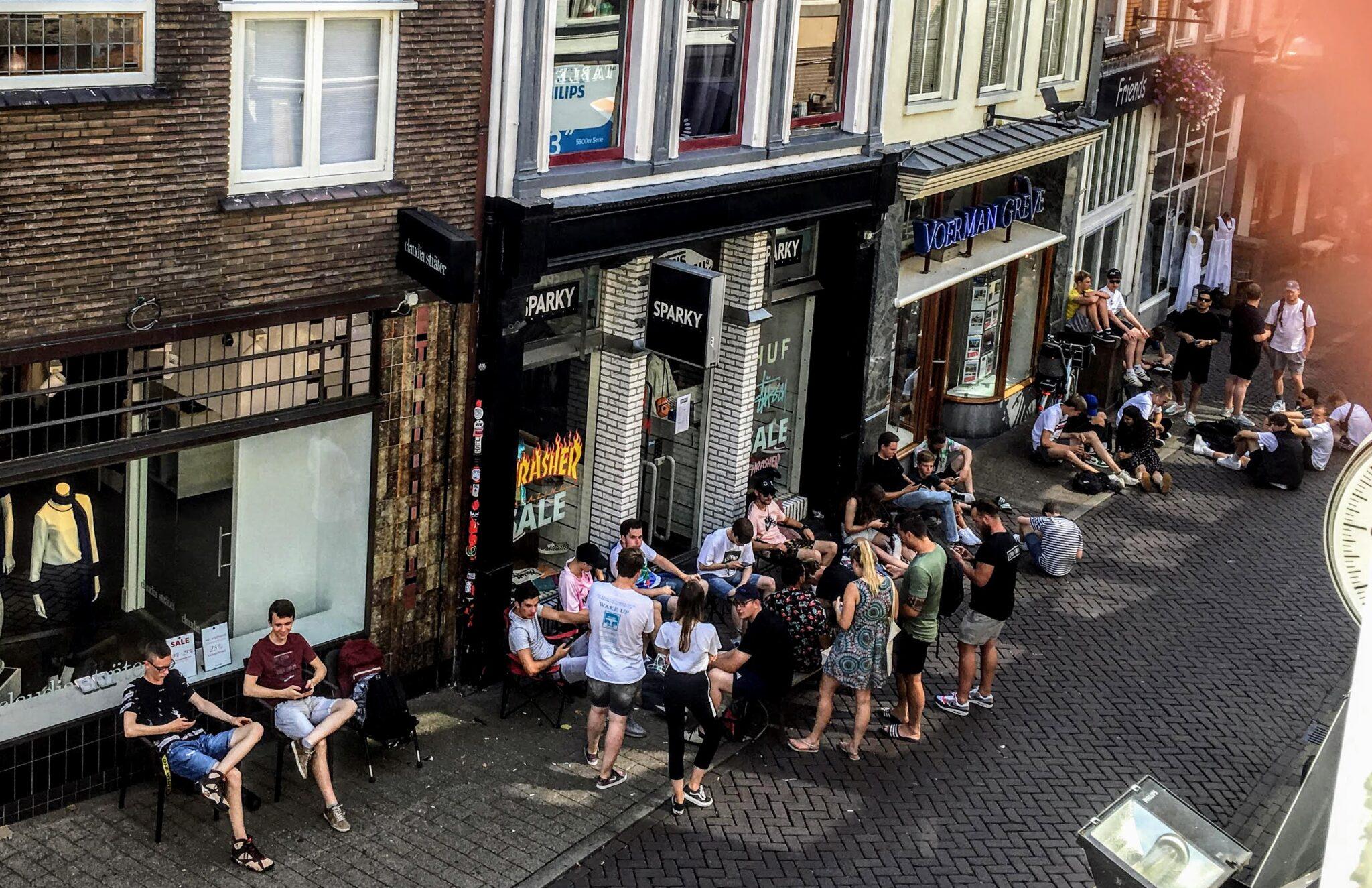 a9110caf8ac864 De hele nacht kamperen voor sneakerzaak in Zwolle: 'Dit exclusieve ...